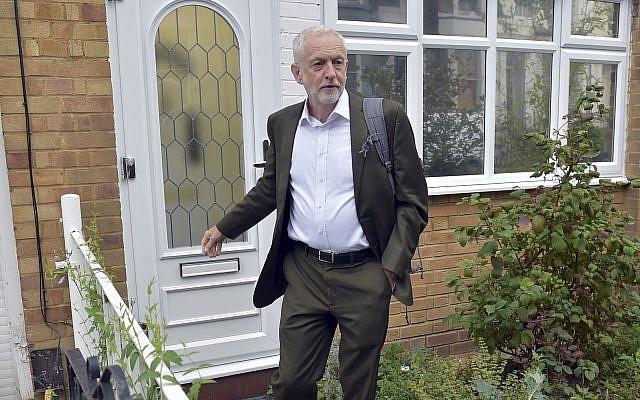 El líder del Partido Laborista británico Jeremy Corbyn deja su casa en Londres antes de una reunión del Comité Ejecutivo Nacional del partido, en Londres, el martes 4 de septiembre de 2018. (Nick Ansell / PA vía AP)