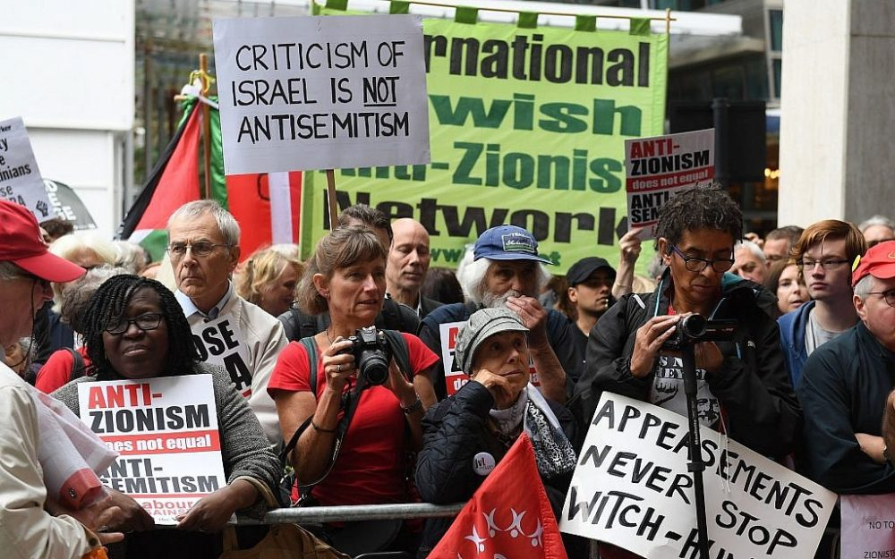 Activistas fuera de una reunión del Comité Ejecutivo Nacional del Trabajo en Londres, martes, 4 de septiembre de 2018. (Stefan Rousseau / PA vía AP)