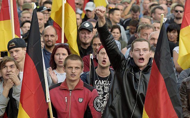 La gente asiste a una manifestación en Chemnitz, en el este de Alemania, el 7 de septiembre de 2018, después de que varios grupos nacionalistas pidieron marchas para protestar contra el asesinato de un hombre alemán hace dos semanas, supuestamente por migrantes de Siria e Irak. (Foto AP / Jens Meyer)