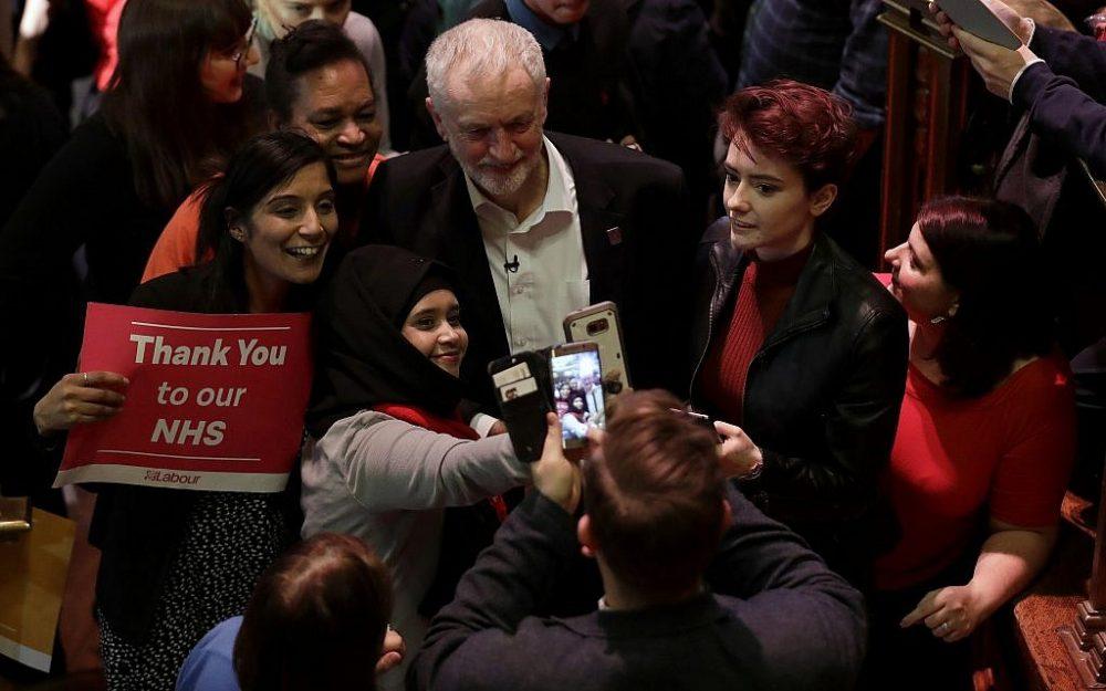 Ilustrativo: Jeremy Corbyn posa con sus seguidores después de un discurso en el Methodist Central Hall en Londres, el jueves 25 de enero de 2018. (AP / Matt Dunham)