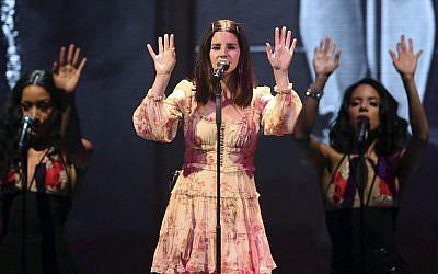 Lana Del Rey se presenta durante el LA to the Moon Tour en Philips Arena el 5 de febrero de 2018, en Atlanta. (Foto por Robb Cohen / Invision / AP)