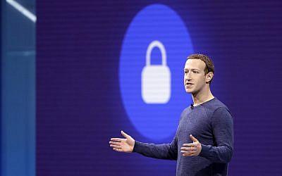 El CEO de Facebook Mark Zuckerberg pronuncia el discurso de apertura en F8, la conferencia de desarrolladores de Facebook, el 1 de mayo de 2018, en San José, California (AP Photo / Marcio Jose Sanchez)
