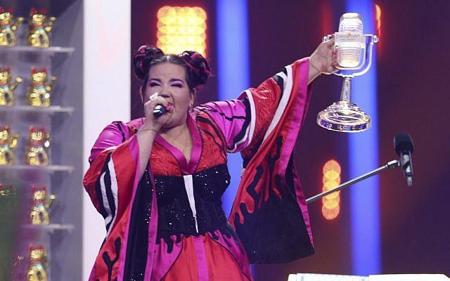 Netta Barzilai de Israel celebra después de ganar el Festival de la Canción de Eurovisión en Lisboa, Portugal, el 12 de mayo de 2018. (AP Photo / Armando Franca)