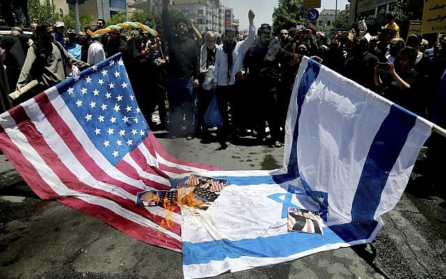 Los manifestantes iraníes queman banderas israelíes y estadounidenses en su manifestación anual anti-israelí de Al-Quds, Jerusalén, Día en Teherán, Irán, el viernes 8 de junio de 2018 (AP Photo / Ebrahim Noroozi)