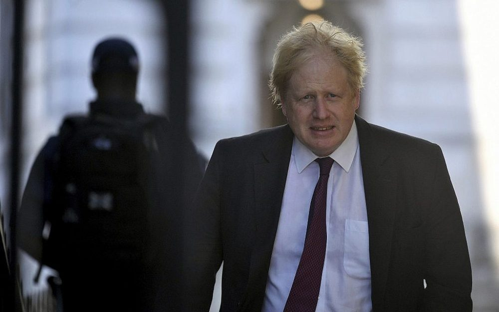 El secretario de Asuntos Exteriores de Gran Bretaña, Boris Johnson, deja el Foreign Office camino a Downing Street para una reunión de gabinete, en Londres, el 26 de junio de 2018. (Victoria Jones / PA vía AP)