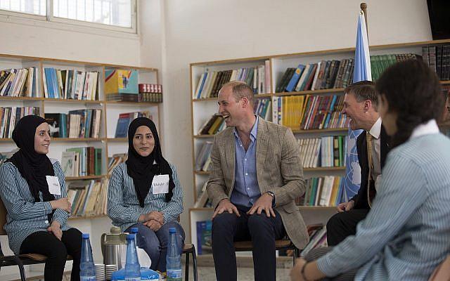 El Príncipe William de Gran Bretaña visita a estudiantes palestinos en una escuela administrada por UNRWA en el campamento de refugiados Al-Jalzoun cerca de la ciudad cisjordana de Ramallah, el miércoles 27 de junio de 2018. (Fadi Arouri / Pool Photo via AP)