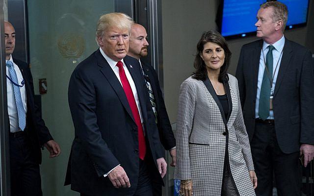 El discurso del presidente Donald Trump llega con Nikki Haley, embajadora de Estados Unidos en la ONU, durante la 73ª sesión de la Asamblea General de las Naciones Unidas, en la sede de la ONU, el 25 de septiembre de 2018. (AP Photo / Craig Ruttle)