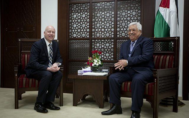 El enviado del proceso de paz del presidente Trump, Jason Greenblatt, a la izquierda, se reúne con el presidente de la Autoridad Palestina Mahmoud Abbas en la oficina del presidente en la ciudad cisjordana de Ramallah, 14 de marzo de 2017. (AP Photo / Majdi Mohammed)