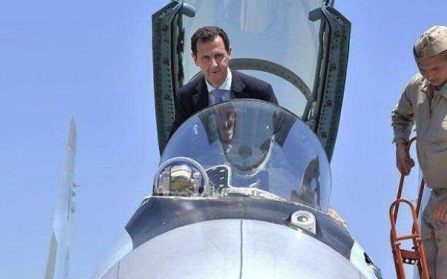 El presidente sirio Bashar Assad sube a la cabina de un avión de combate ruso SU-35 mientras inspecciona la base aérea rusa Hmeimim en la provincia de Latakia, Siria, el 27 de junio de 2017 (Presidencia siria a través de AP, archivo)