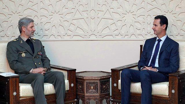 El presidente sirio Assad y el ministro de Defensa iraní, Amir Khatami (Foto: AP)