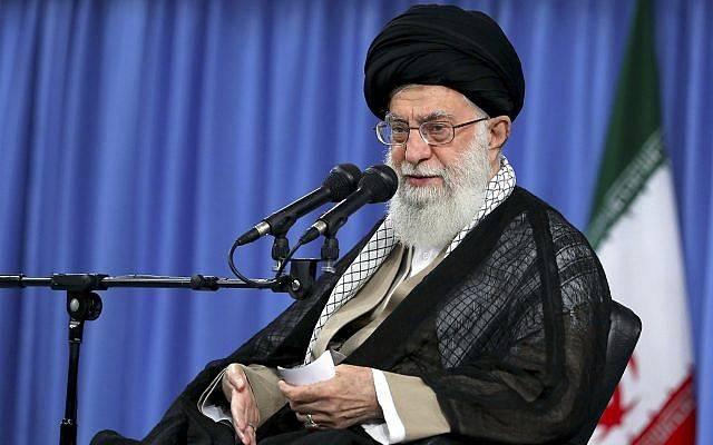 En esta imagen publicada por el sitio web oficial de su oficina, el Líder Supremo Ayatollah Ali Khamenei habla en una reunión en Teherán, Irán, el 13 de agosto de 2018. (Oficina del Líder Supremo iraní a través de AP)