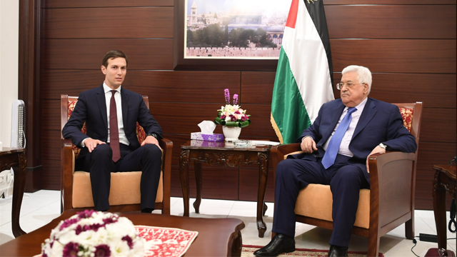 Jared Kushner y el presidente Abbas. (Archivo)