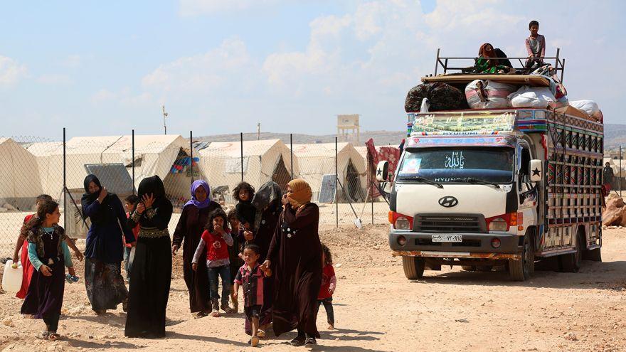 Civiles en un campamento de refugiados tras ser evacuados de Idlib (AFP)