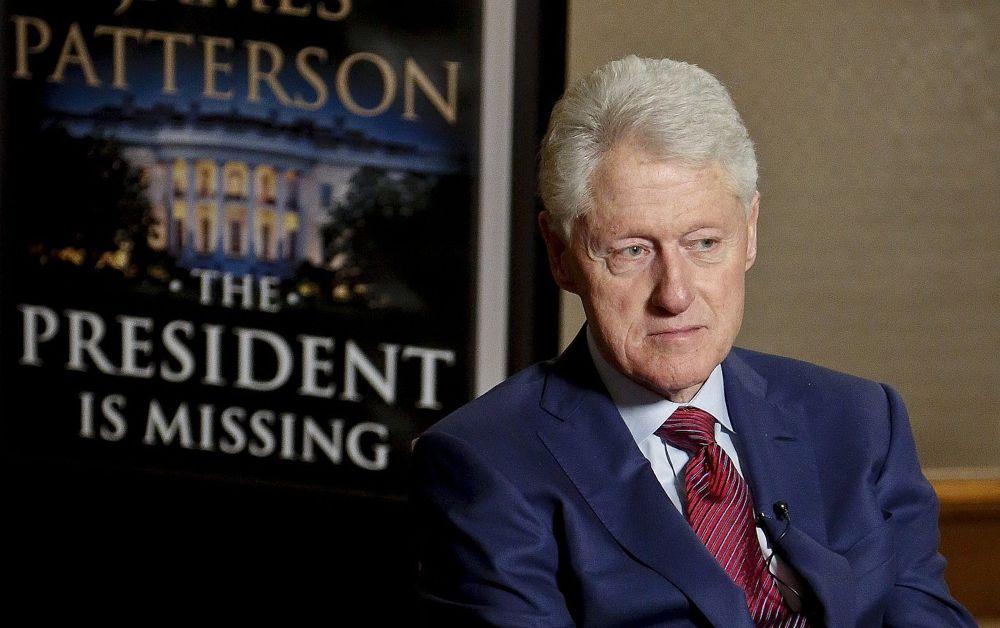 """El ex presidente Bill Clinton escucha, en una entrevista el 21 de mayo de 2018, sobre una novela que escribió con James Patterson, """"The President is Missing"""", en Nueva York.(AP Photo / Bebeto Matthews)"""