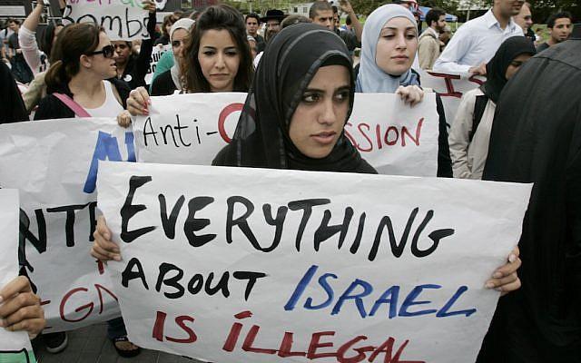 Ilustrativo: Estudiantes protestan en una manifestación contra Israel en la Universidad de California, Irvine. (Mark Boster / Los Angeles Times vía Getty Images / JTA)