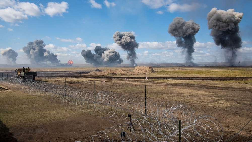 Columnas de humo tras un ensayo de bombardeo