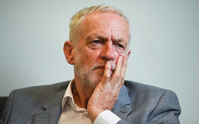 Jeremy Corbyn se reúne con solicitantes de asilo en Glasgow, Escocia, el 22 de agosto de 2018. (Jeff J Mitchell / Getty Images vía JTA)