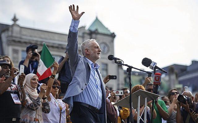 Jeremy Corbyn se dirige a la multitud en Trafalgar Square en Londres, Inglaterra, el 13 de julio de 2018. (Niklas Hallen / AFP / Getty Images vía JTA)