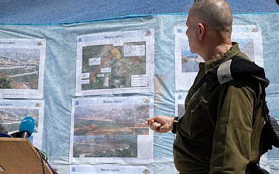 Bergantín. El general Eran Ofir muestra mapas y fotografías del muro de hormigón que Israel está construyendo a lo largo de la frontera israelí-libanesa, en un mirador cerca de la ciudad israelí de Rosh Hanikra el 5 de septiembre de 2018. (Judah Ari Gross / Times of Israel)