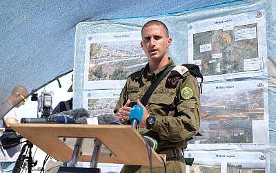 El mayor Tomer Gilad habla con reporteros desde un mirador cerca de la ciudad israelí de Rosh Hanikra el 5 de septiembre de 2018. (Judah Ari Gross / Times of Israel)