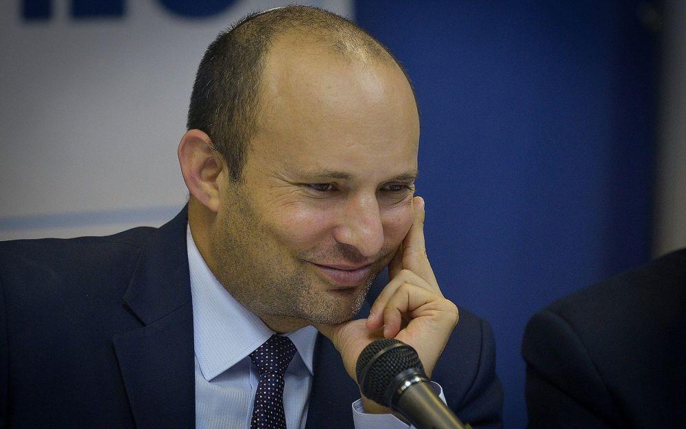 El ministro de Educación Naftali Bennett es visto en la sede del ministerio en Tel Aviv antes del comienzo del año escolar el 1 de septiembre de 2018. (Flash 90)
