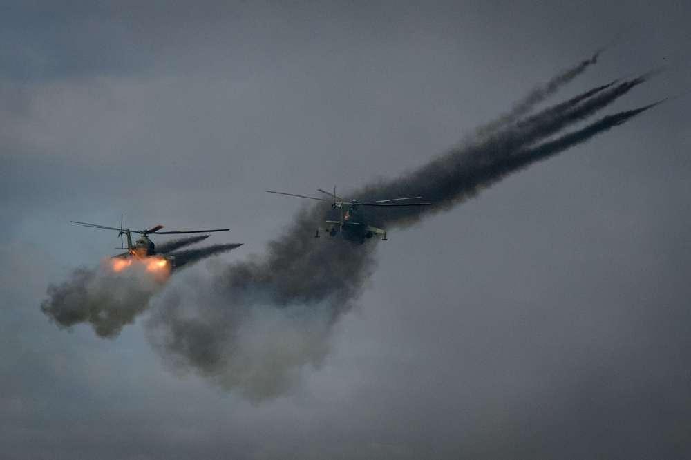 Ejercicio con munición real de parte de dos Mil Mi-24