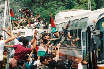 La policía palestina celebra su entrada a la ciudad de Jericó el viernes 13 de mayo de 1994. Fue una de las primeras ciudades entregadas al control de la Autoridad Palestina en 1994, de conformidad con los Acuerdos de Oslo. Crédito: Foto por Yossi Zamir / Flash90