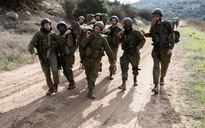 Una foto ilustrativa de los soldados de la reserva israelí participa en un simulacro de entrenamiento en la base militar de Baf Lachish en el sur de Israel, el 22 de diciembre de 2016. (Maor Kinsbursky / Flash90)