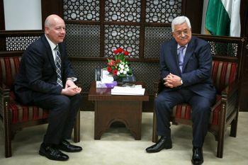 El presidente palestino Mahmoud Abbas (R) se reúne con Jason Greenblatt, representante especial de Donald Trump para las negociaciones internacionales en la ciudad cisjordana de Ramallah, el 14 de marzo de 2017.