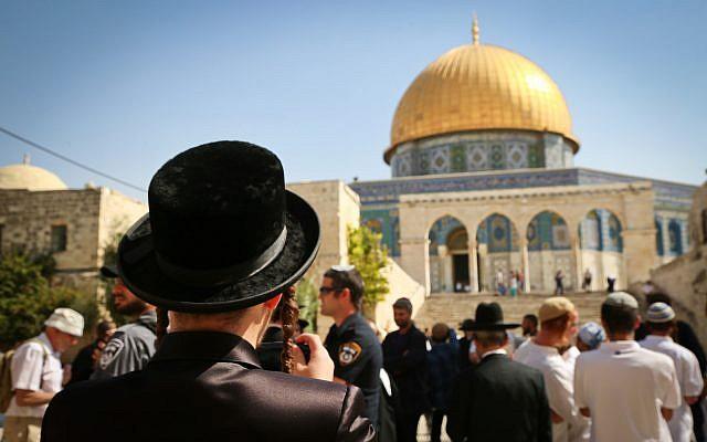 Los judíos visitan el complejo del Monte del Templo, el sitio de la Mezquita de Al Aqsa y la Cúpula de la Roca en la Ciudad Vieja de Jerusalén, durante las vacaciones de Sukkot, 8 de octubre de 2017 (Flash90 / Yaakov Lederman)