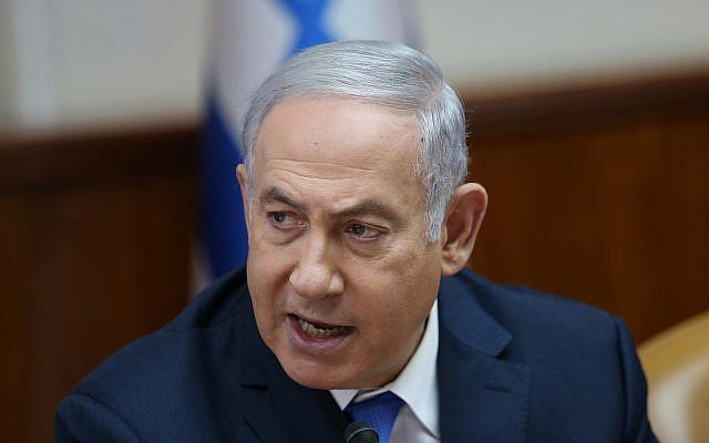 El primer ministro Benjamin Netanyahu dirige la reunión semanal del gabinete en la Oficina del Primer Ministro en Jerusalén el 29 de julio de 2018. (Alex Kolomoisky / POOL / YEDIOTH AHRONOTH vía Flash90)