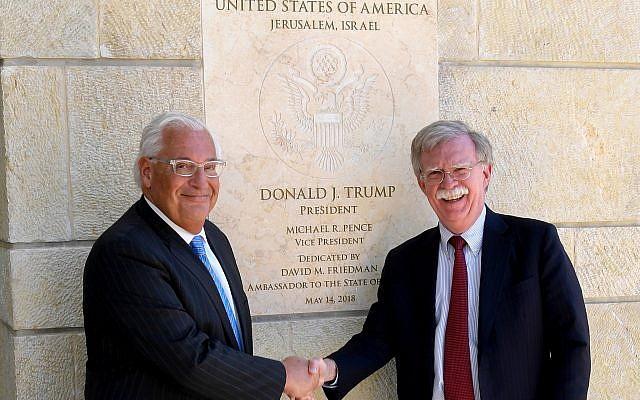 El embajador de los Estados Unidos en Israel, David Friedman, a la izquierda, y el asesor de seguridad nacional de los Estados Unidos, John Bolton, visitan la Embajada de los Estados Unidos en Jerusalem el 21 de agosto de 2018. (Matty Stern)