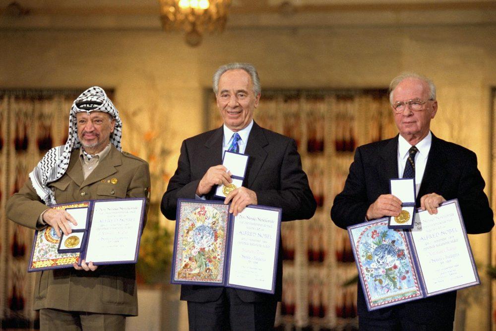 Los premios Nobel de la Paz de 1994 en Oslo. Desde la izquierda: el presidente de la OLP, Yasser Arafat, el ministro de Relaciones Exteriores de Israel, Shimon Peres, y el primer ministro israelí, Yitzhak Rabin. Crédito: GPO israelí.