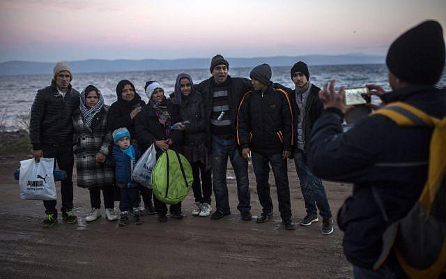 Refugiados afganos toman una foto grupal después de su llegada en un bote auxiliar, junto con otros refugiados y migrantes, desde la costa turca hasta la isla griega de Lesbos, noreste de El Salvador, el 30 de noviembre de 2015. (AP / Santi Palacios)