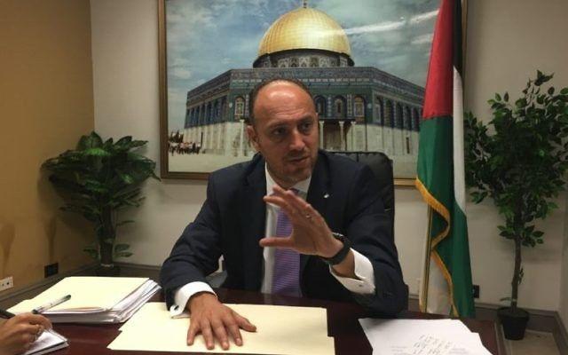 Husam Zomlot, el enviado de la OLP a Washington, habla con los periodistas en Washington, DC, el 17 de agosto de 2017. (Ron Kampeas)