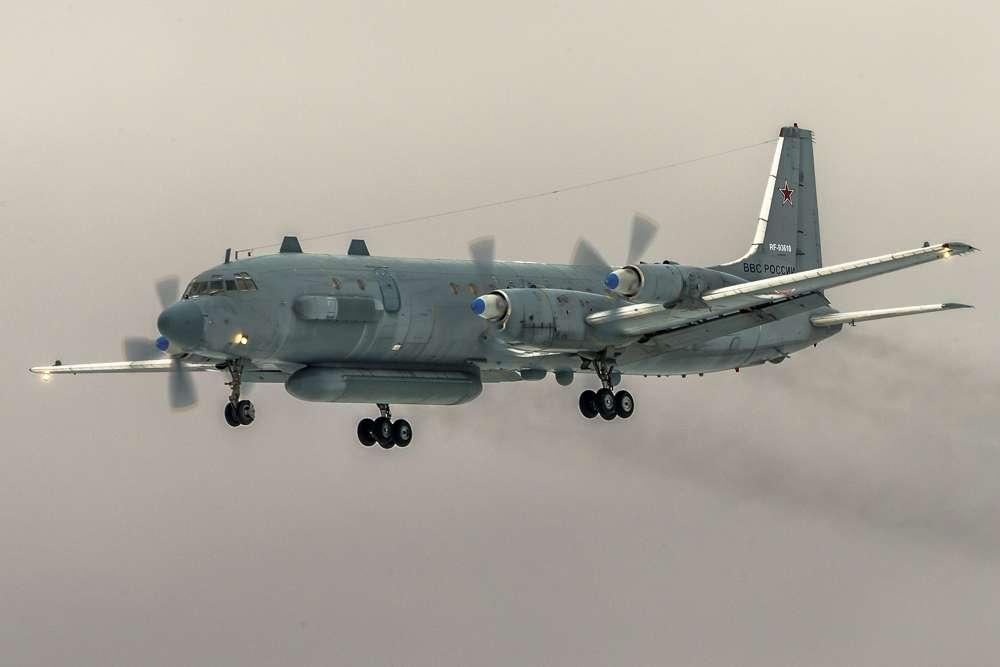 En esta foto de archivo tomada el sábado 4 de marzo de 2017, el avión ruso de inteligencia electrónica Il-20 de la fuerza aérea rusa con el número de registro RF 93610, que fue derribado accidentalmente por las fuerzas sirias en respuesta a un ataque aéreo israelí, vuela cerca de Kubinka aeropuerto, fuera de Moscú, Rusia.(Foto AP / Marina Lystseva)