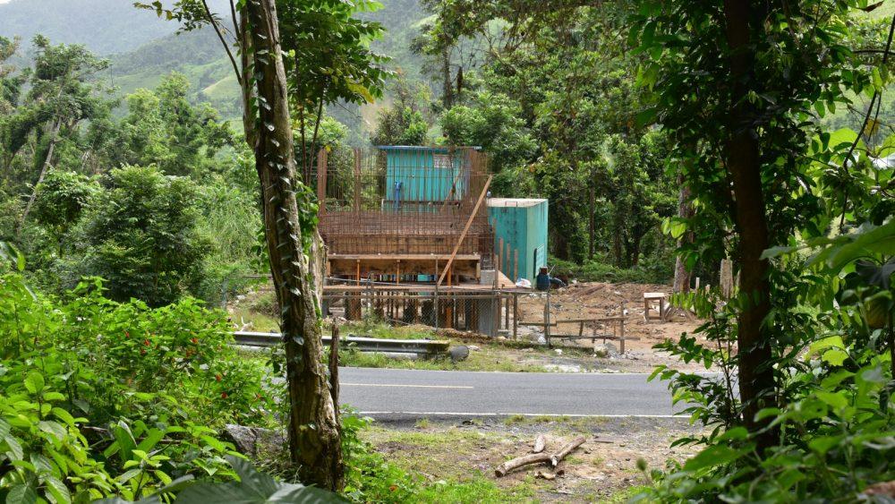 Construcción del proyecto de filtración de agua basado en la gravedad de arena lenta de IsraAID en Barrio Real, Patillas, Puerto Rico.