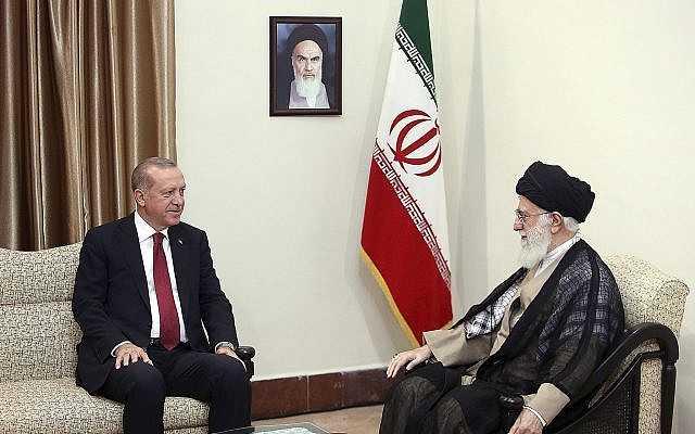 En esta imagen publicada por un sitio web oficial de la oficina del líder supremo iraní, el líder supremo ayatolá Ali Jamenei, a la derecha, habla con el turco Recep Tayyip Erdoğan, en Teherán, Irán, el 7 de septiembre de 2018. (Oficina del líder supremo iraní vía AP)