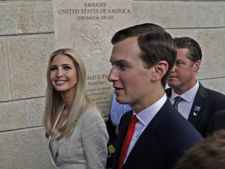 La hija del presidente de EE. UU., Ivanka Trump (L) y su esposo, asesor principal de la Casa Blanca, Jared Kushner, son vistos durante la apertura de la Embajada de los Estados Unidos en Jerusalén el 14 de mayo de 2018. (AFP PHOTO / Menahem KAHANA)
