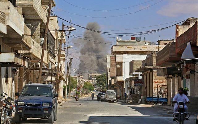 Esta fotografía tomada en Kafr Ain el 7 de septiembre de 2018 muestra que el humo sube mientras las fuerzas del gobierno apuntan a la ciudad, a 4 kilómetros al este de Khan Sheikhoun, en el campo meridional de la provincia de Idlib.(AFP Photo / Anas Al-Dyab)