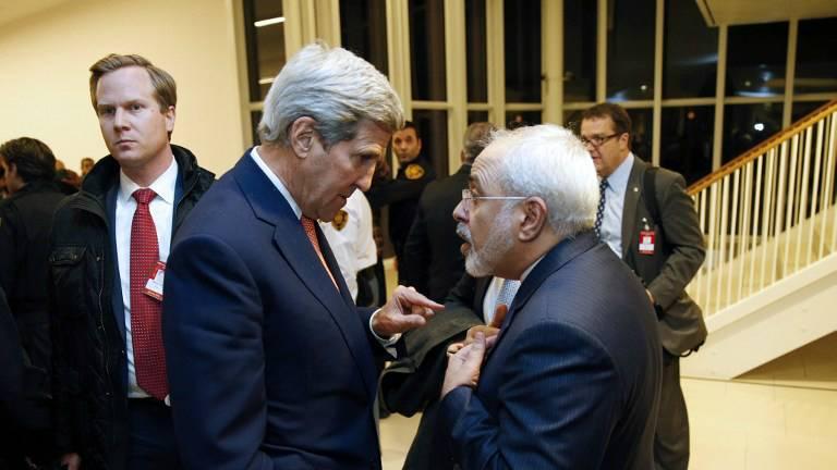El entonces Secretario de Estado de los Estados Unidos, John Kerry (izquierda), habla con el Ministro de Relaciones Exteriores iraní Mohammad Javad Zarif en Viena, Austria, el 16 de enero de 2016. (AFP / Kevin Lamarque / Pool)