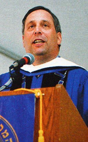 Lawrence Bacow habló en la ceremonia de graduación del Colegio Hebreo en 2004, donde recibió un título honorífico. (Cortesía de Hebrew College, vía JTA)