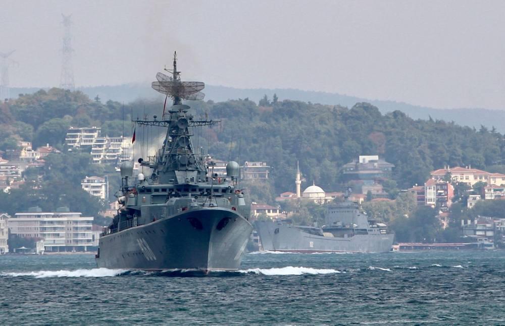La fragata Pytlivy de la Armada rusa, seguida del barco de desembarco Nikolai Filchenkov, navega en el Bósforo, en su camino hacia el mar Mediterráneo, en Estambul, Turquía, el 24 de agosto de 2018.YORUK ISIK / Reuters