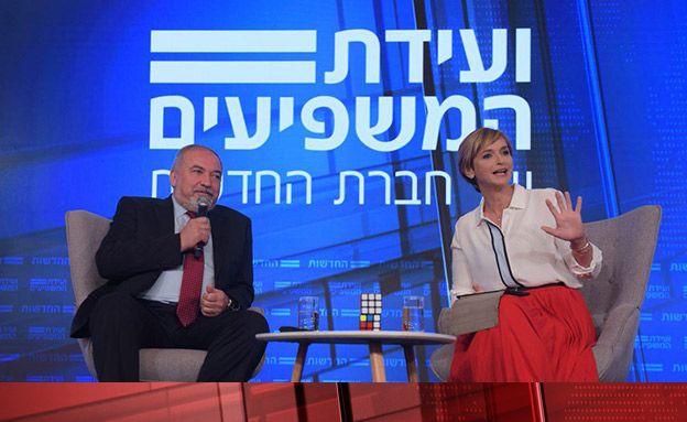 El Ministro de Defensa Avigdor Liberman, izquierda, con la Dana Weiss de Hadashot en la Conferencia de Influenciadores de Hadashot en Jerusalem el 3 de septiembre de 2018. (Hadashot)