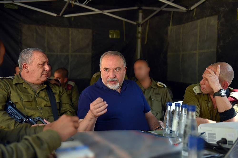 El ministro de Defensa, Avigdor Liberman, centro, el jefe de personal de las FDI Gadi Eisenkot y altos oficiales de las FDI visitan un ejercicio simulando la guerra con el grupo terrorista Hezbolá, con sede en Líbano, el 4 de septiembre de 2018. (Ariel Hermoni / Ministerio de Defensa)