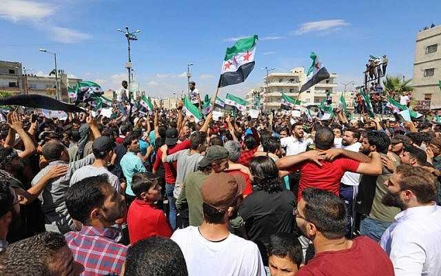 Manifestantes sirios agitan la bandera de la oposición mientras se manifiestan contra el régimen y su aliado Rusia, en la ciudad de Idlib, controlada por los rebeldes, el 7 de septiembre de 2018 (AFP / Omar Haj Kadour)
