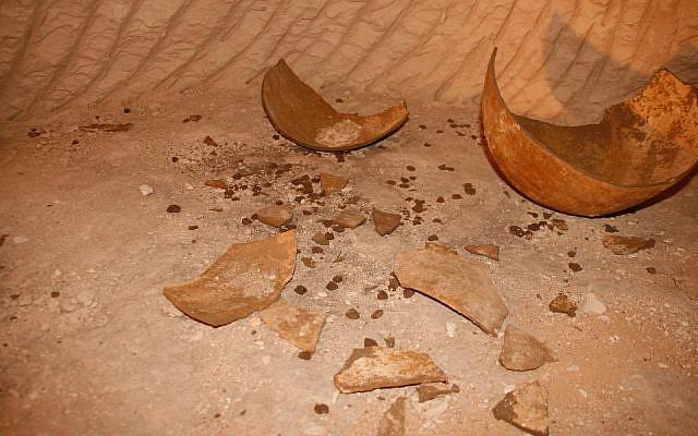 La cerámica rota y docenas de sellados de arcilla encontrados en una de las siete habitaciones recientemente descubiertas de un complejo subterráneo en la antigua ciudad de la era helenística de Maresha, cerca de Beit Guvrin. (Asaf Stern)