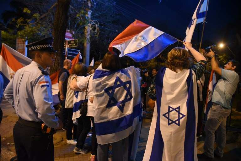 Las personas se manifestaron frente a la residencia presidencial en Asunción el 6 de septiembre de 2018 contra la decisión del gobierno de trasladar su embajada en Israel a Tel Aviv.(AFP / NORBERTO DUARTE)