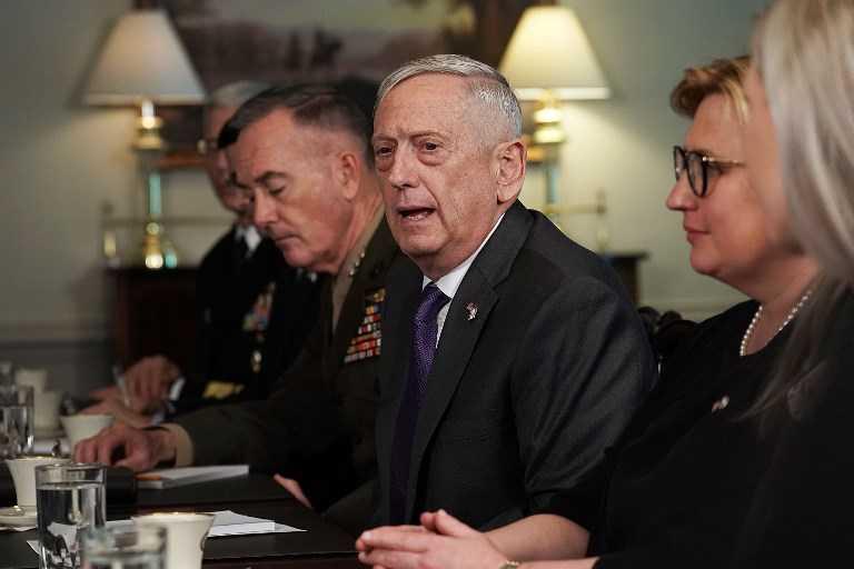 El Secretario de Defensa de EE. UU. Jim Mattis (2da a la derecha) habla mientras el Jefe del Estado Mayor Conjunto, el General Joseph Dunford (a su izquierda) escucha durante una reunión bilateral con el Ministro de Defensa Avigdor Liberman, en el Pentágono en Arlington, Virginia, 26 de abril. 2018. (Alex Wong / Getty Images / AFP)
