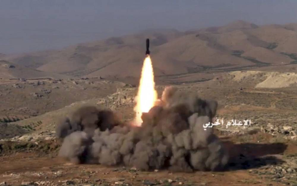 Este fotograma del video publicado el 22 de julio de 2017, y provisto por los medios militares centrales sirios controlados por el gobierno, muestra a los combatientes de Hezbolá disparando un misil en posiciones de militantes vinculados a Al Qaeda en un área en la frontera entre Líbano y Siria.(Medios militares centrales sirios, vía AP)